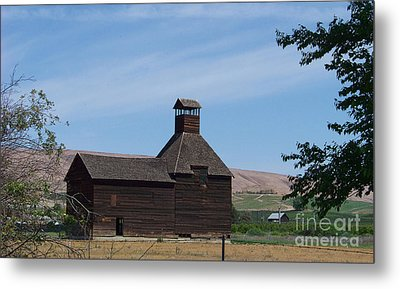The Iconic Steeple Barn At Donald Metal Print by Charles Robinson