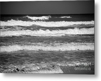 Waves 3 In Bw Metal Print by Susanne Van Hulst