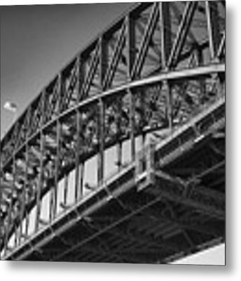 Harbor Bridge In Black And White Metal Print by Yew Kwang