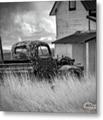 Old Truck At Farmhouse Metal Print by William Havle