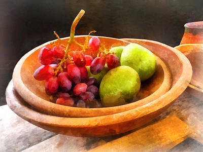 Bowl Of Red Grapes And Pears Poster by Susan Savad