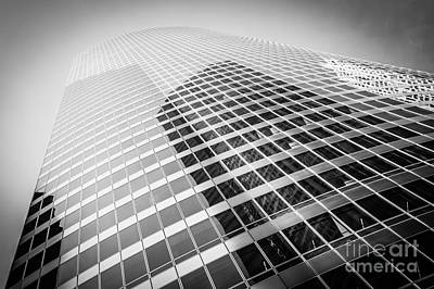 Chicago Curved Building In Black And White Poster by Paul Velgos