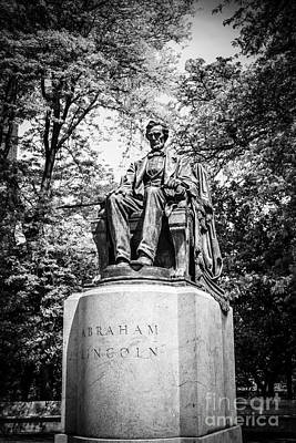 Chicago Lincoln Head Of State Statue In Black And White Poster by Paul Velgos