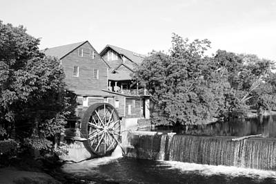 Old Mill Pigeon Forge Tennessee - Bw Poster