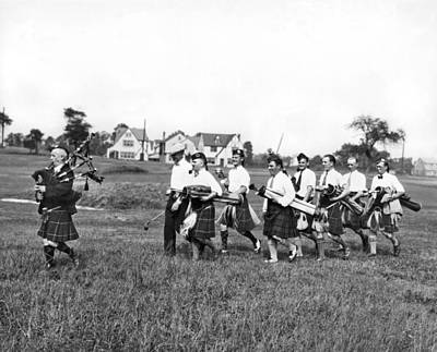 Scottish Golfers With Bagpipe Poster by Underwood Archives