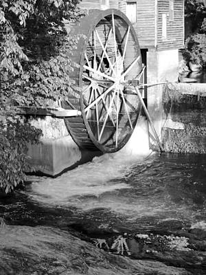 The Old Mill Water Wheel Pigeon Forge Tennessee - Bw Poster