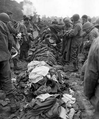 U.s. Soldiers Change Clothing En Masse Poster by Everett