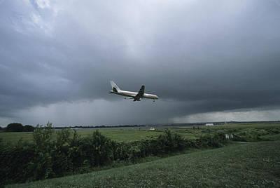 A Jet Descends For Landing At Reagan Poster by David Evans