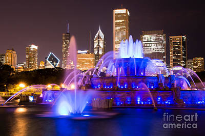 Buckingham Fountain At Night With Chicago Skyline Poster