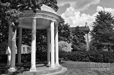 Chapel Hill Old Well In Black And White Poster