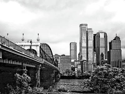 Pittsburgh Pa - Pittsburgh Skyline By Smithfield Street Bridge Black And White Poster by Susan Savad