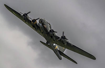 Raf Scampton 2017 - B-17 Flying Fortress Sally B Turning Poster