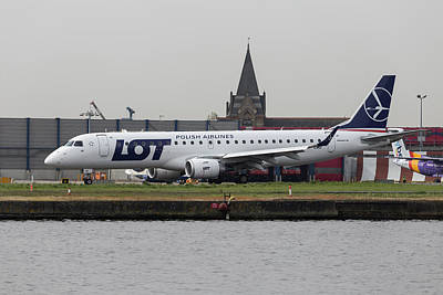 Designs Similar to Lot Embraer Erj-190