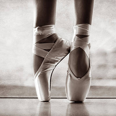 Pointe Shoes Photograph - Ballet En Pointe by Laura Fasulo