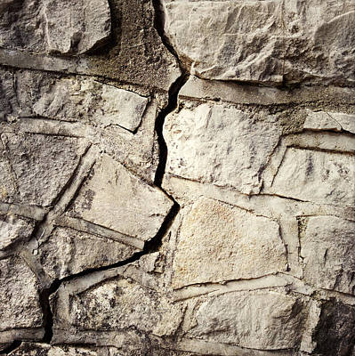 Stonewall Photograph - Cracked Wall by Les Cunliffe