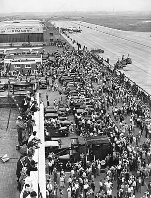 Crowd Welcomes Howard Hughes Art Print by Underwood Archives