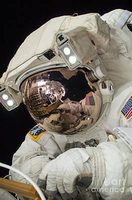Iss Expedition 38 Spacewalk Art Print by Science Source