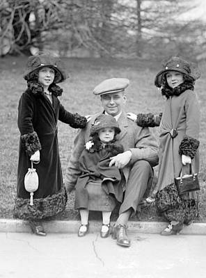 Photograph - Singer Midgets Visit White House, 1924 by Science Source