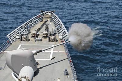 Uss Philippine Sea Fires Its Mk-45 Art Print