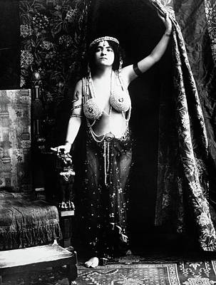 Archetype Photograph - 1900s 1910s Vamp Wearing A Pearl by Vintage Images