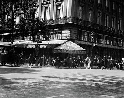 French Cafe Scene Photograph - 1920s Cafe De La Paix In The Grand by Vintage Images
