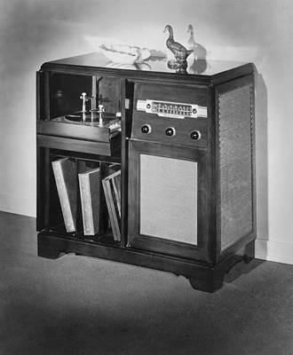 Turntable Photograph - 1947 Console Radio by Underwood Archives
