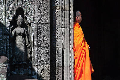 Monk With Buddhist Statues In Banteay Art Print