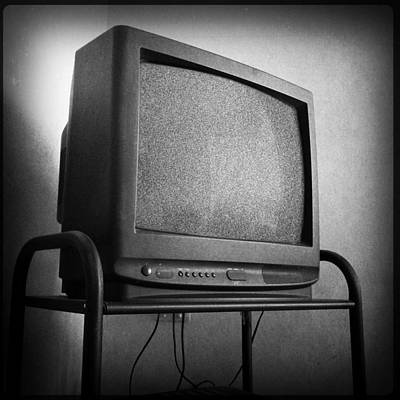 Photograph - Old Television by Les Cunliffe