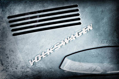 Volkswagen Beetle Photograph - 1971 Volkswagen Vw Beetle Emblem by Jill Reger