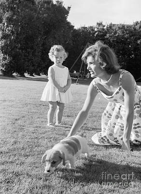 Jacqueline And Caroline Kennedy At Hyannis Port 1959 Art Print
