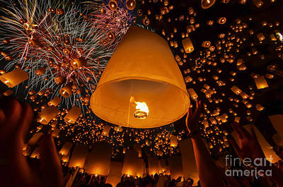 Loy Photograph - Thai People Floating Lamp by Anek Suwannaphoom