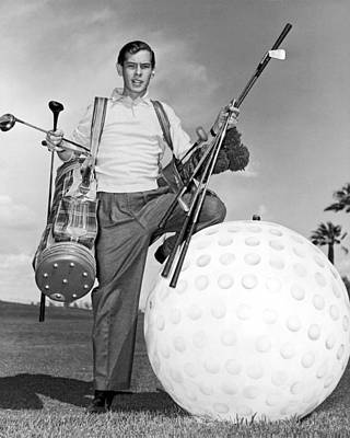 Photograph - A Golfer With A Giant Ball by Underwood Archives