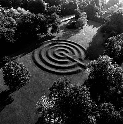 Natural World Photograph - A Maze At The Chateau-sur-mer by Ernst Beadle