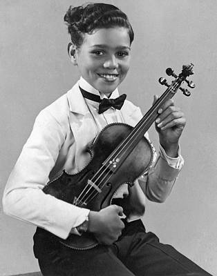 Violin Photograph - A Proud And Elegant Violinist by Underwood Archives