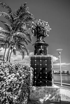 Blue Crown Statue Miami Downtown - Black And White Art Print