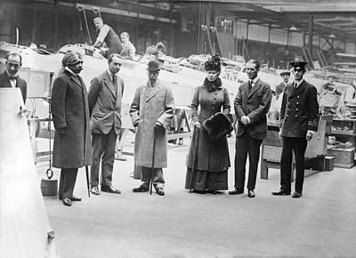 King George V Photograph - British Wwi Aeroplane Factory Visit by Science Photo Library