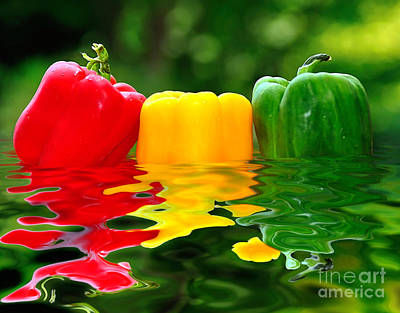 Photograph - Capsicum Afloat by Kaye Menner