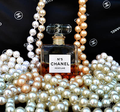 Chanel No 5 With Pearls Art Print