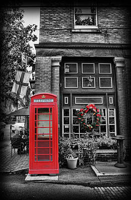 Savannah Street Scenes Photograph - Christmas - The Red Telephone Box And Christmas Wreath by Lee Dos Santos