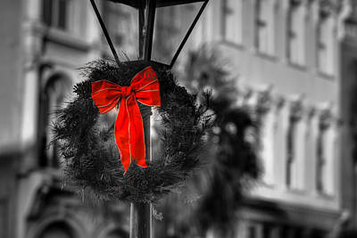 Christmas Wreath In Charleston Art Print by Andrew Crispi