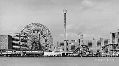 Photograph - Coney Island by Bettye Lane