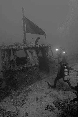 Divers Explore The Massive Uss Spiegel Art Print