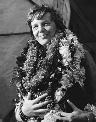 Lei Photograph - Earhart Arrives In Hawaii by Underwood Archives