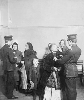 Brave New World Photograph - Ellis Island Examination, 1910s by Science Photo Library