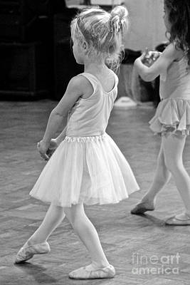 Photograph - En Pointe by Suzanne Oesterling