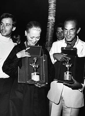Oscar Photograph - Faye Dunaway And Oscar De La Renta Holding Awards by Elisabetta Catalano