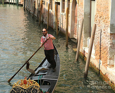 Photograph - Gondola Man by Alex Dudley