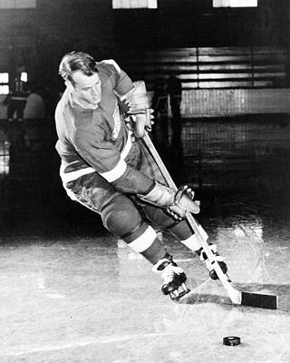 Red Photograph - Gordie Howe Skating With The Puck by Gianfranco Weiss