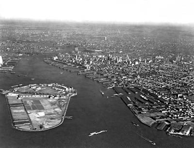 Battery Park Photograph - Governors Island In Ny Harbor by Underwood Archives