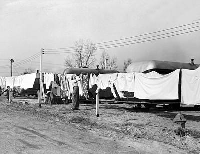 Baltimore Photograph - Hanging Up Laundry To Dry by Underwood Archives